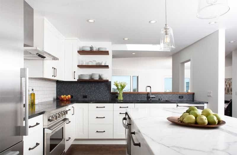 Nội thất phòng bếp màu trắng tăng vẻ hiện đại, thoáng mát của căn phòng