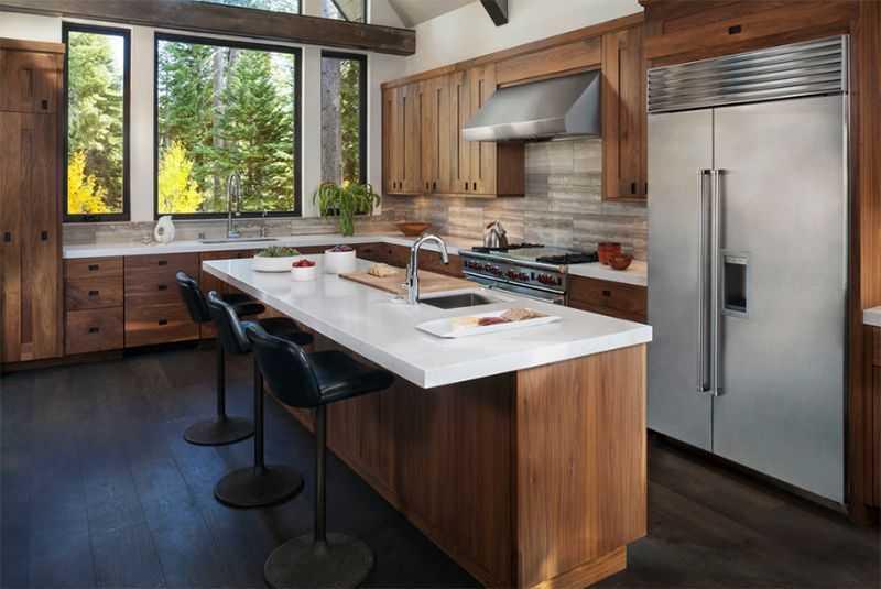 Điểm nhấn quan trọng hơn phông nên, chỉ với màu trắng của mặt bàn và màu ghi của cửa tủ lạnh đã làm nổi bật cả mẫu nội thất phòng bếp này bởi vẻ đẹp thật đơn giản và hiện đại